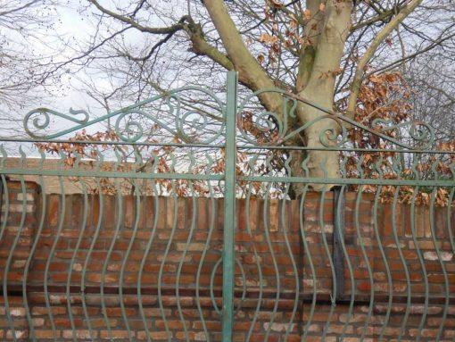 Schmiedeeisernes Tor mit Säulen-4