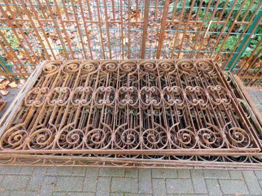 Antieke smeedijzeren balkon hekwerk van ca 86 cm hoog-1