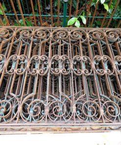 Antieke smeedijzeren balkon hekwerk van ca 86 cm hoog-5