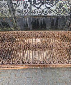 Antieke smeedijzeren hekwerk van ca 97 cm hoog-3