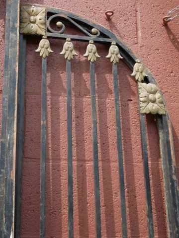 Antieke zwarte smeedijzeren poort met bronzen ornamenten-2