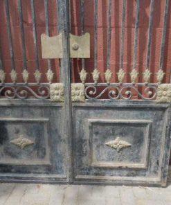 Antieke zwarte smeedijzeren poort met bronzen ornamenten-3