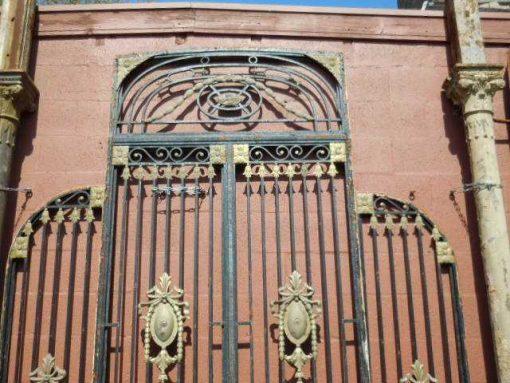 Antieke zwarte smeedijzeren poort met bronzen ornamenten-4
