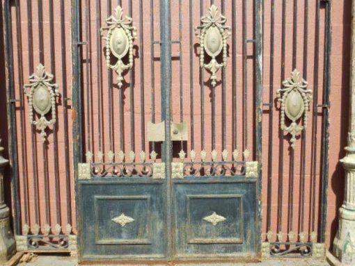 Antieke zwarte smeedijzeren poort met bronzen ornamenten-5