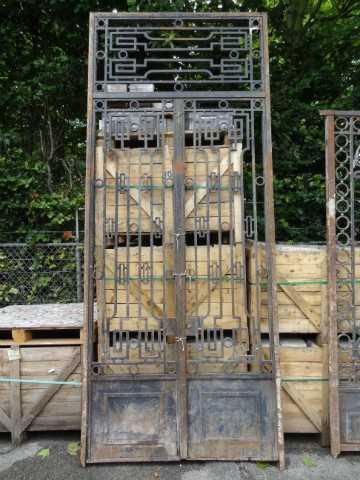 Hohes schmiedeeisernes Tor mit Oberlicht-1
