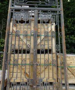 Hohes schmiedeeisernes Tor mit Oberlicht-2