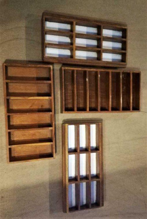 Dekorative alte Holzkisten mit Fächern-2