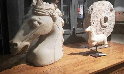 Vintage beelden van paarden uit wit steen gekapt-1