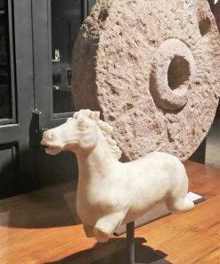 Vintage beelden van paarden uit wit steen gekapt-3