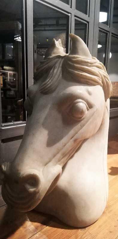 Vintage beelden van paarden uit wit steen gekapt-4