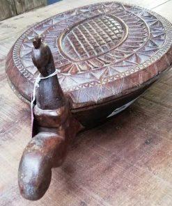 Decoratieve bewerkte houten schaal in de vorm van een schildpad-1