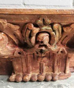 Oude stenen ornamenten op standaard-1