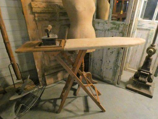 Antieke strijkplank met strijkijzer-1