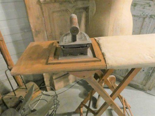 Antieke strijkplank met strijkijzer-3