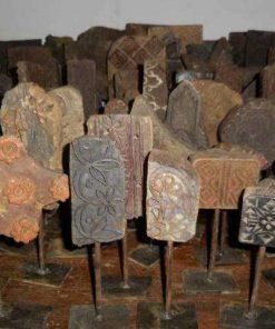 Antieke houten stof stempels op standaard-1