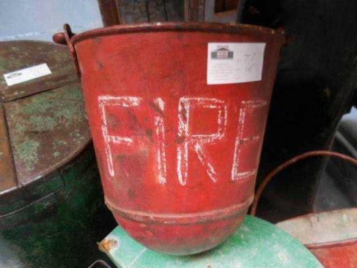Alte rote Feuerlösch-Eimer-1