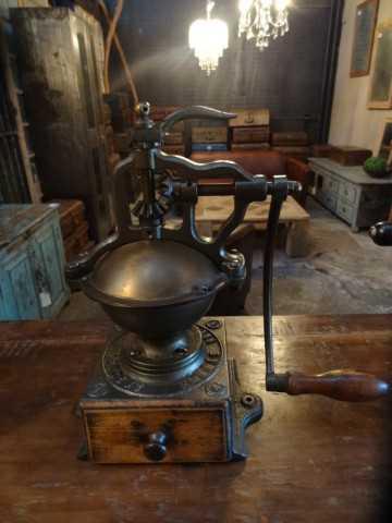 Antike Kaffeemühle-3