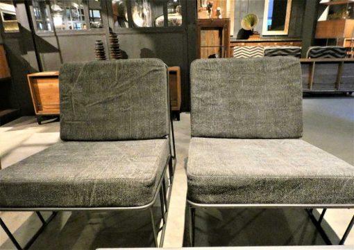 Strakke fauteuil bekleed met donker grijze stof en metalen frame-2