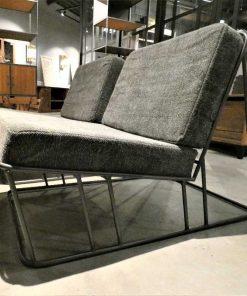 Strakke fauteuil bekleed met donker grijze stof en metalen frame-3