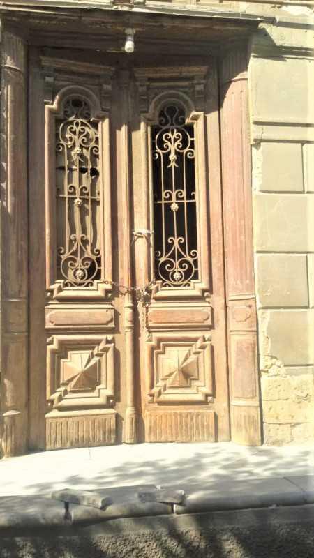 Antike Außentür mit schmiedeeisernen Ziergittern-1