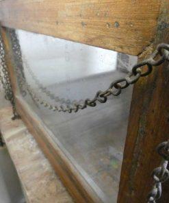 Antieke vitrine kastje met hangketting.-3