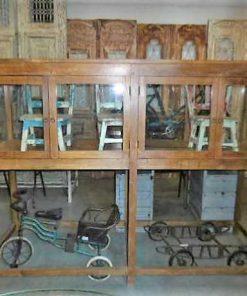 Antieke vitrine museum kast op hoge poten-1