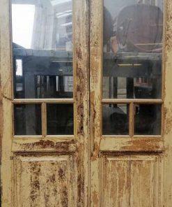 Antieke dubbele deuren met glas
