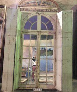 Antieke ramen met ijzeren louvre deuren-1