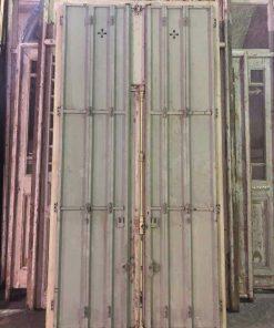 Antieke ramen met ijzeren louvre deuren-2