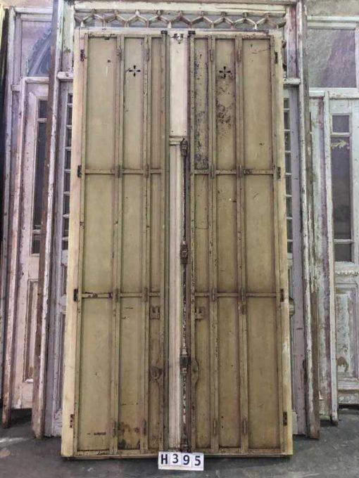 Antieke ramen met ijzeren louvre deuren-3