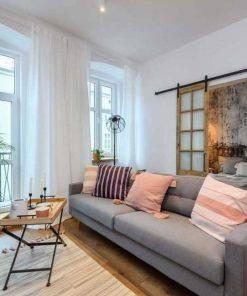 Antike Glasschiebetüren im Wohnzimmer-1