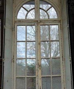 Großer Spiegel im Rahmen einer antiken Tür-1