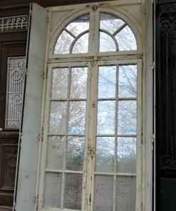 Großer Spiegel im Rahmen einer antiken Tür-2