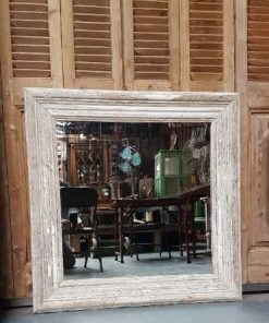 Quadratischer Spiegel mit weiß getünchtem Holzrahmen-1