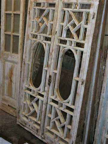 Antike weiße Fensterscheibe mit Spiegeln-1