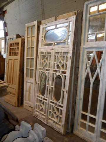Antike weiße Fensterscheibe mit Spiegeln-2