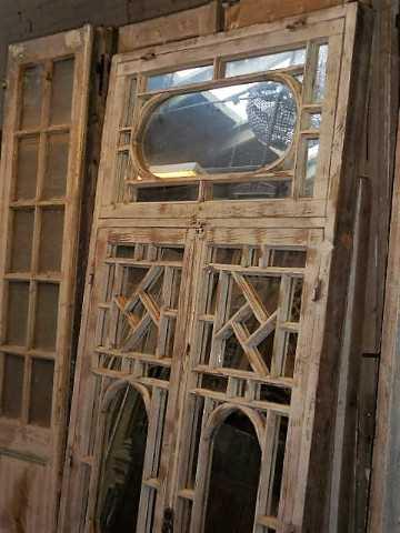 Antike weiße Fensterscheibe mit Spiegeln-3