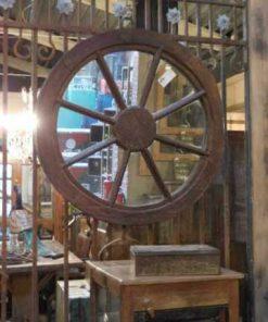 Spiegel in een oude houten karrewiel-1