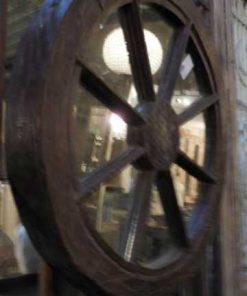 Spiegel in een oude houten karrewiel-2