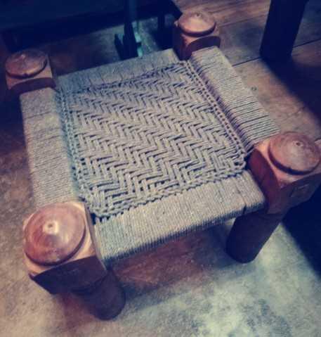 Vintage Hocker / Beistelltisch aus Holz mit gewebtem Seil-1