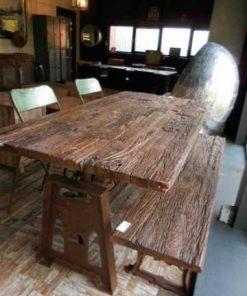 Industriele tafel met blad van oude treinbielzen-1