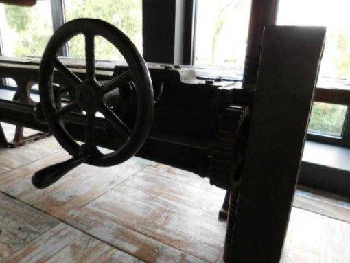 Industriele tafel met blad van oude treinbielzen-3