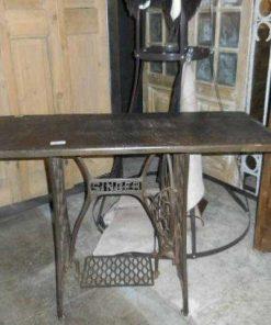 Tisch mit Untergestell einer antiken Singer-Nähmaschine-1