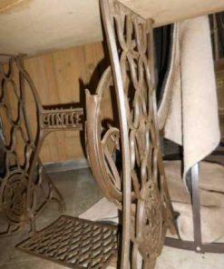 Tisch mit Untergestell einer antiken Singer-Nähmaschine-3