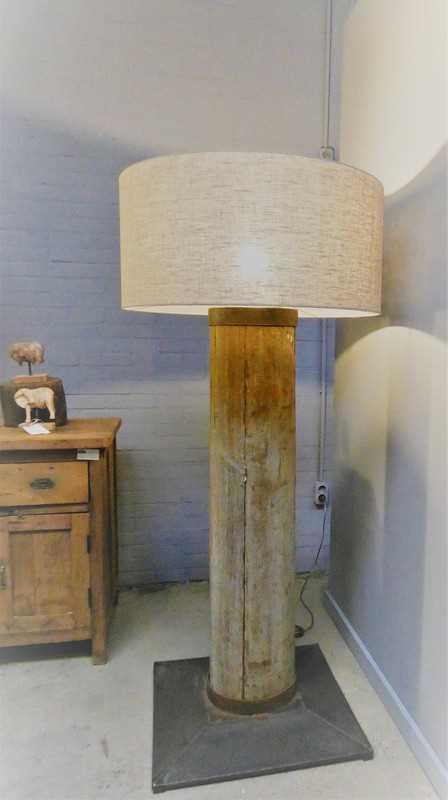 Stehlampe mit grauem Holzbein und grauem Schirm-1