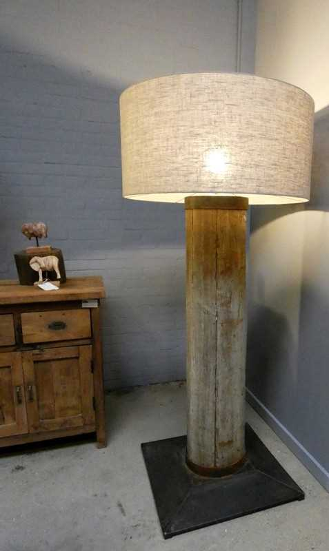 Staande schemerlamp met vergrijsde houten poot en grijze kap-2