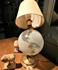 Antike Lampe mit gläsernem Globus-1