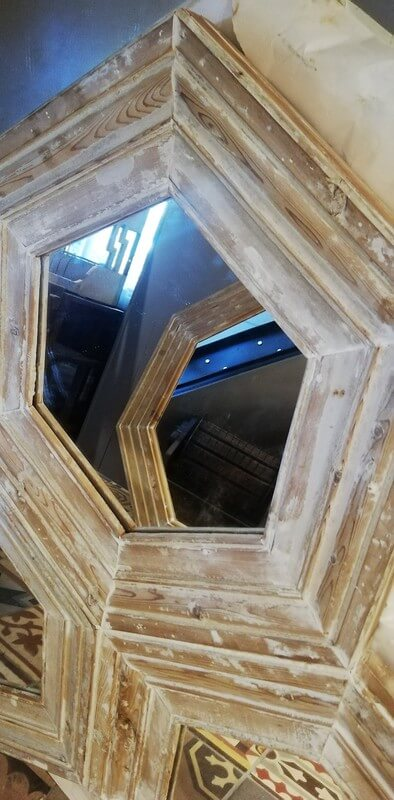 Wabenspiegel mit weißem Holzrahmen-4