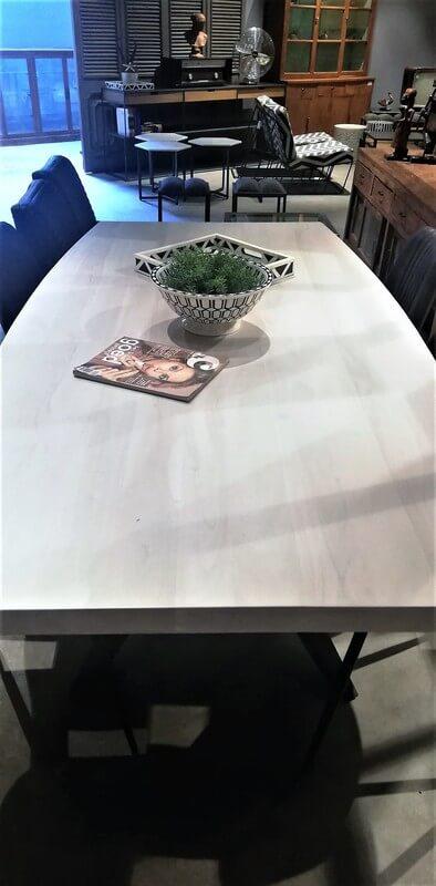 Strakke Tafel Met White Wash Acacia Houten Blad En Metalen Poot-3